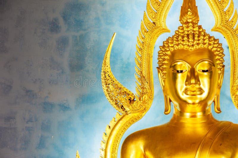 Guld- Buddhastaty i den marmortemplet eller Wat Benchamabophit royaltyfria foton