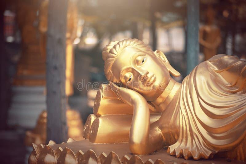 Guld- Buddhastaty i tempel av Thailand royaltyfri bild