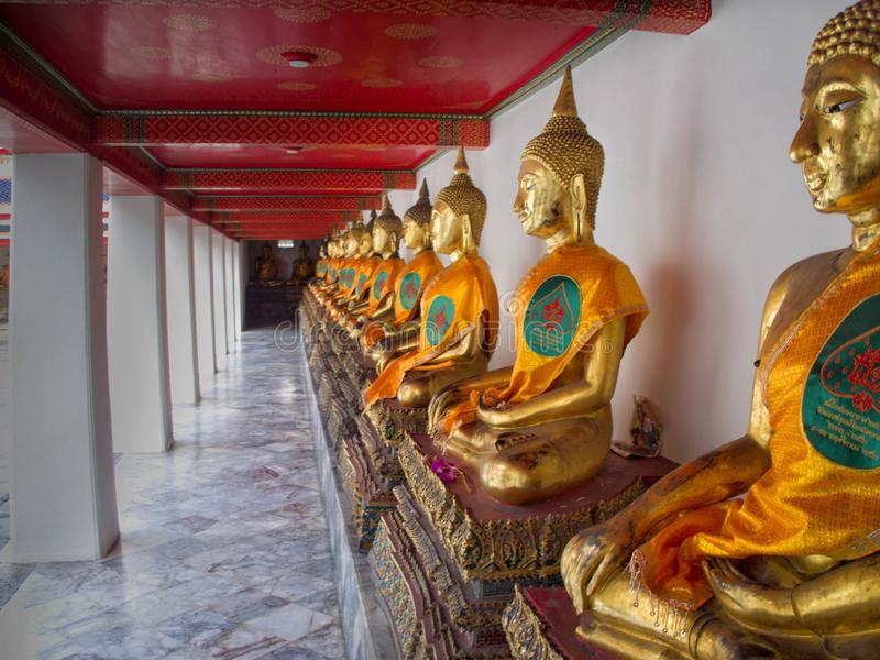 Guld- Buddhastaty i Wat Pho Temple i Bangkok, Thailand arkivbilder