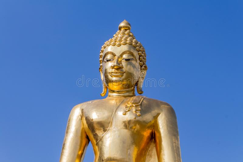 Guld- Buddhastaty med klar himmelbakgrund i den guld- triangeln, mutor Ruak, Thailand royaltyfri fotografi
