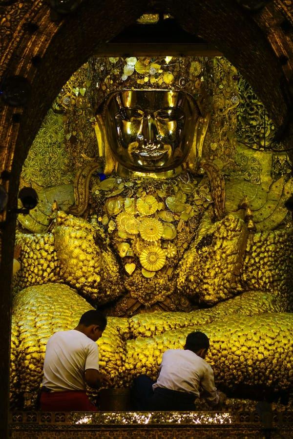 Guld- Buddhastaty på den Mahamuni templet arkivbild