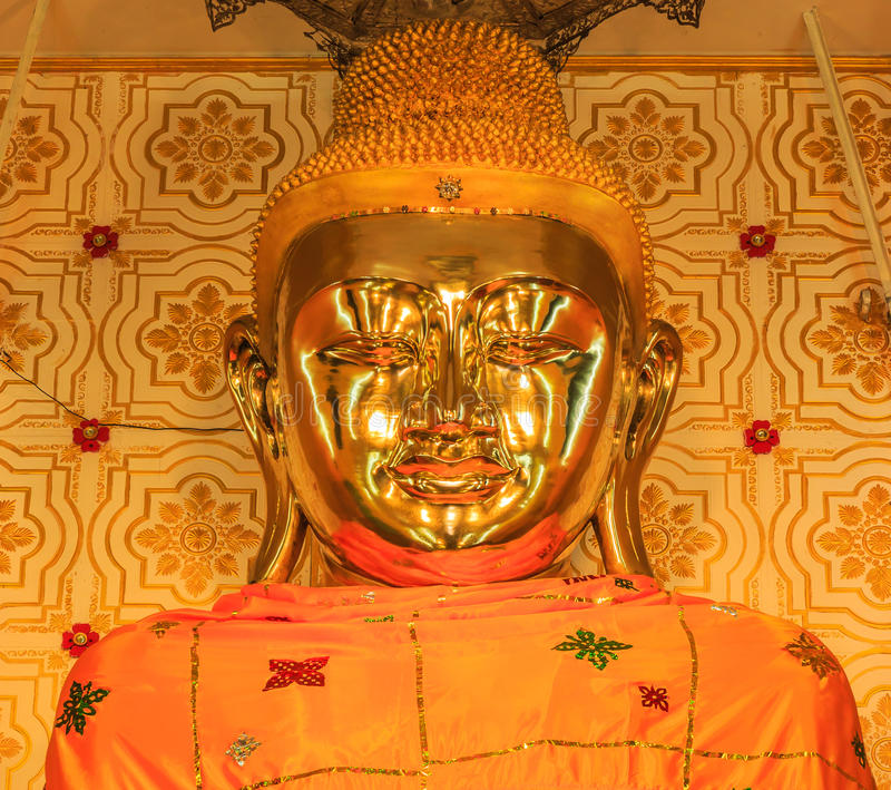 Guld- Buddhastaty på Inle sjön av Myanmar royaltyfri bild