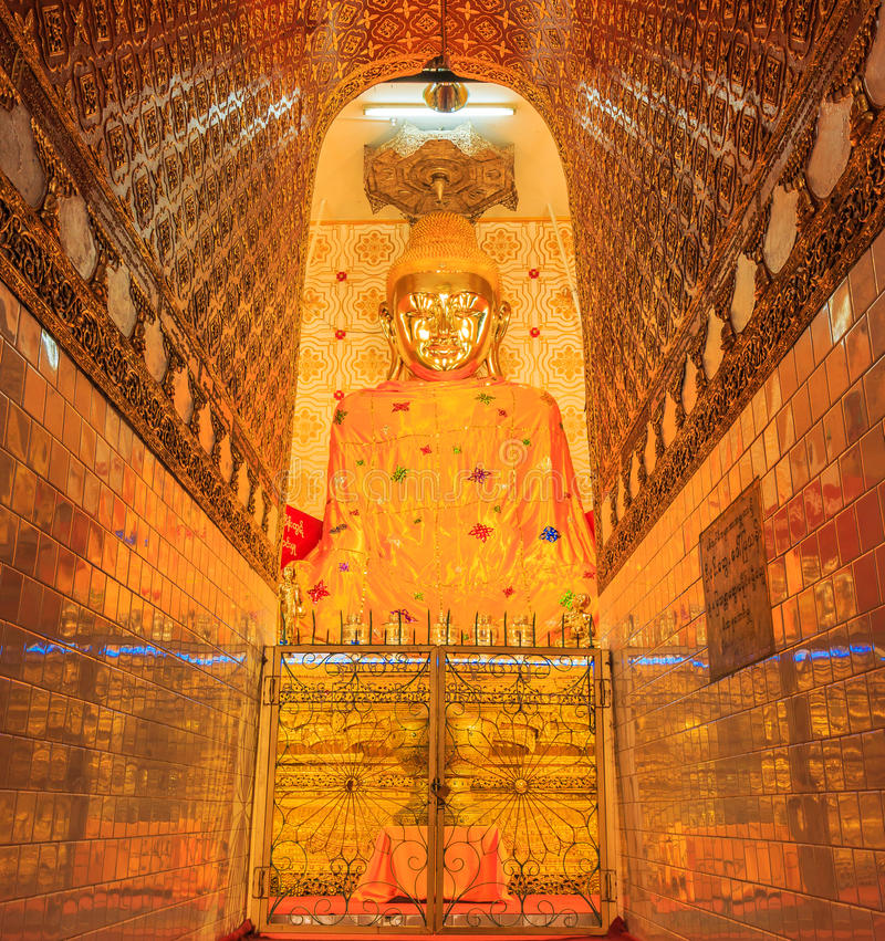 Guld- Buddhastaty på Inle sjön av Myanmar arkivbild