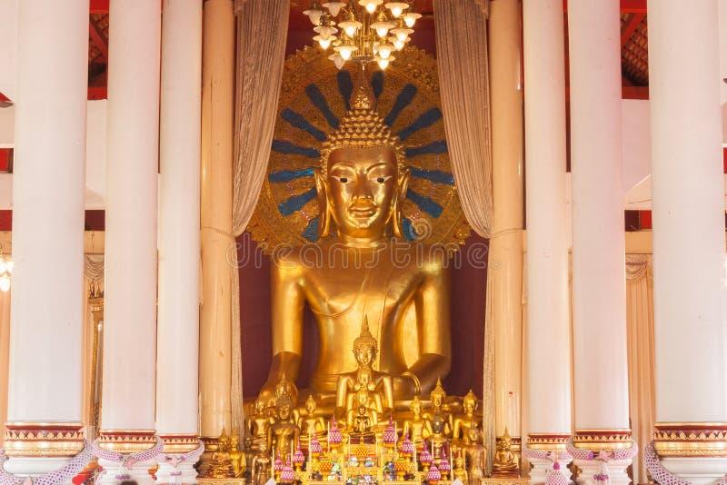 Guld- Buddhastaty på Wat Chedi Luang fotografering för bildbyråer