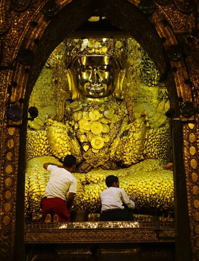 Guld- Buddhastaty p? den Mahamuni templet arkivfoton