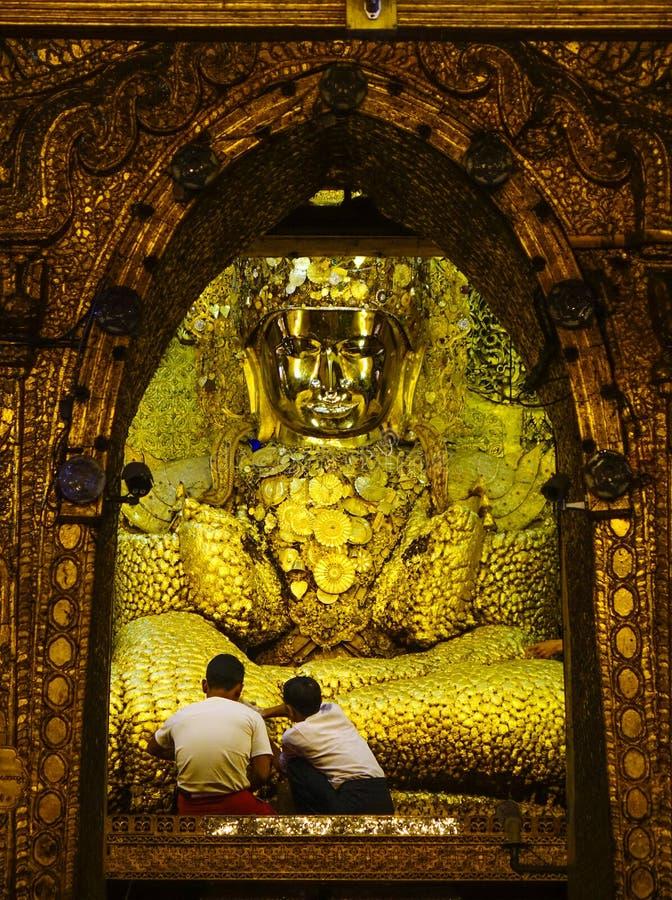 Guld- Buddhastaty p? den Mahamuni templet royaltyfri foto
