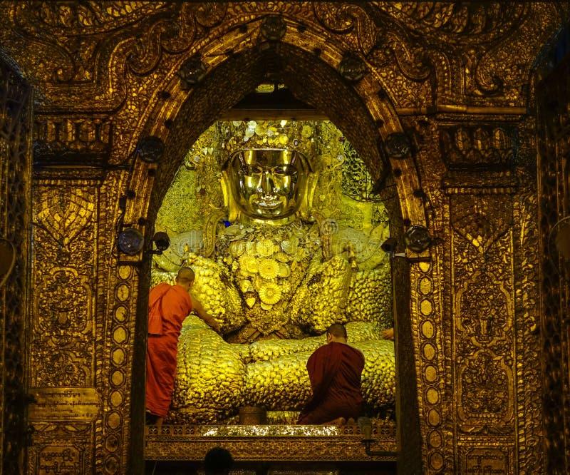 Guld- Buddhastaty p? den Mahamuni templet royaltyfri bild