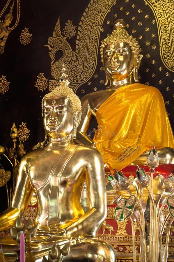 Guld- Buddhastatyer på altaret på Wat Jet Yot, Chiang Mai, Thailand royaltyfri foto