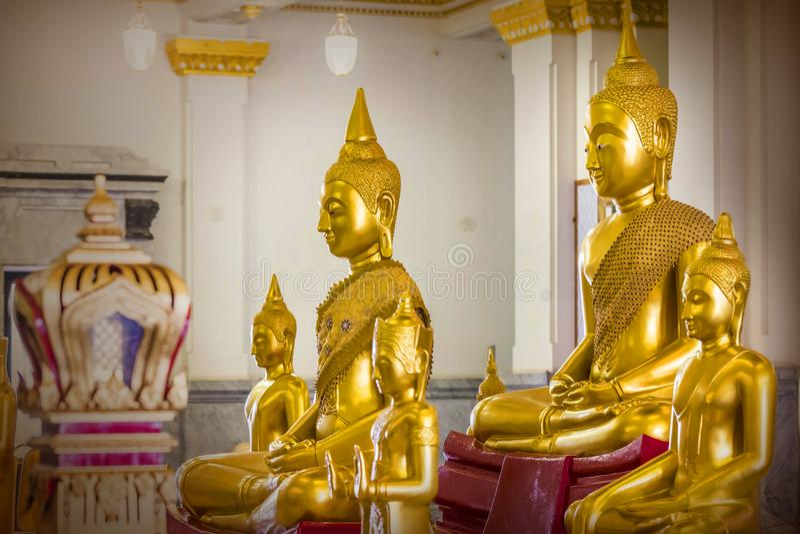 Guld- Buddhastatyer på worawihan watsothonwararam, Chachoengsao Thailand royaltyfri foto