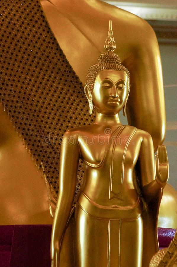 Guld- Buddhastatykonst och design i thailändsk tempel royaltyfri fotografi