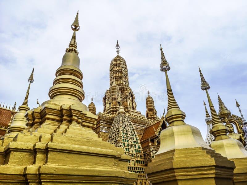 Guld- buddistisk tempel med stupaen, kopia av en forntida thai tempel i forntida stad på Muang Boran i Thailand royaltyfri fotografi