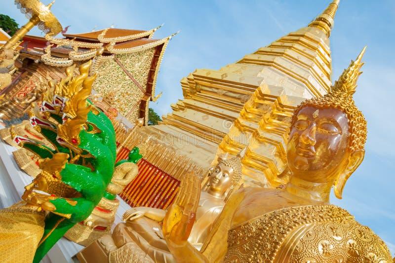 Guld- chedi och Buddhastatyer på Wat Phra That Doi Suthep, Chiang Mai royaltyfri foto