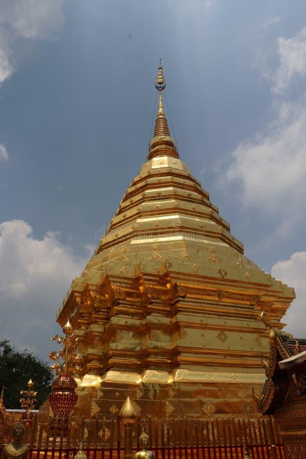 GULD- CHEDI PÅ TEMPLET FÖR DOI SUTHEP I CHIANG MAI, THAILAND royaltyfri foto