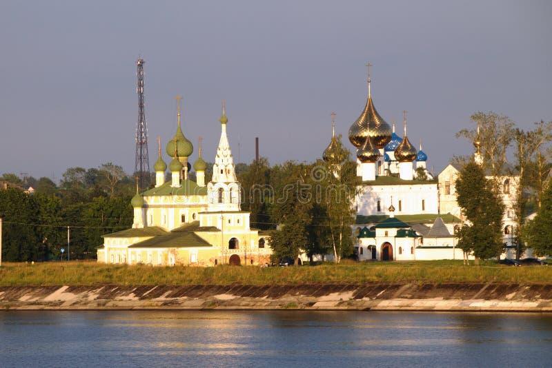 Guld- cirkel för Ryssland ` s Uglich sikt av Kreml och omgestaltningdomkyrkan på Volgaen arkivbild