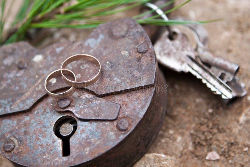 Guld- cirkel på det gamla låset fotografering för bildbyråer