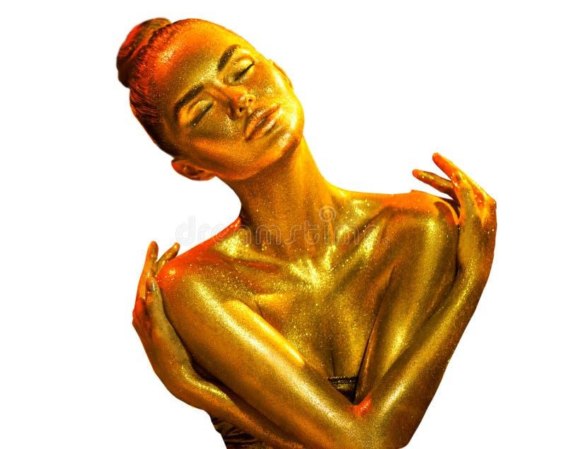 Guld- closeup för hudkvinnastående Sexig modellflicka med guld- skinande yrkesmässig makeup för ferie Guld- metallisk kropp royaltyfria bilder