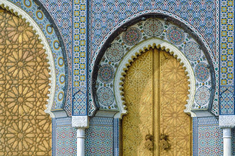 Guld- dörr av Royal Palace Dar el-Makhzen med guld- dörrhandtag, Fes, Marocko arkivbild