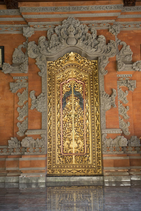 Guld- dörr för Balinese, Ubud, Bali arkivfoto