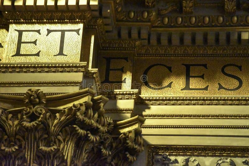 Guld- detalj av inre av basilikan av Sant 'Andrea della Valle, ett ställe av Katolik-romare dyrkan royaltyfria bilder