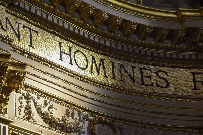 Guld- detalj av inre av basilikan av Sant 'Andrea della Valle, ett ställe av Katolik-romare dyrkan arkivfoto