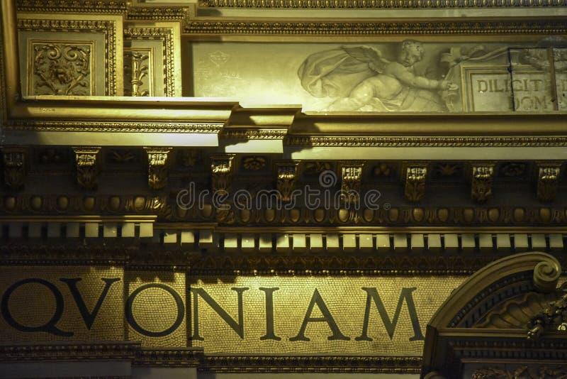 Guld- detalj av inre av basilikan av Sant 'Andrea della Valle, ett ställe av Katolik-romare dyrkan royaltyfri fotografi