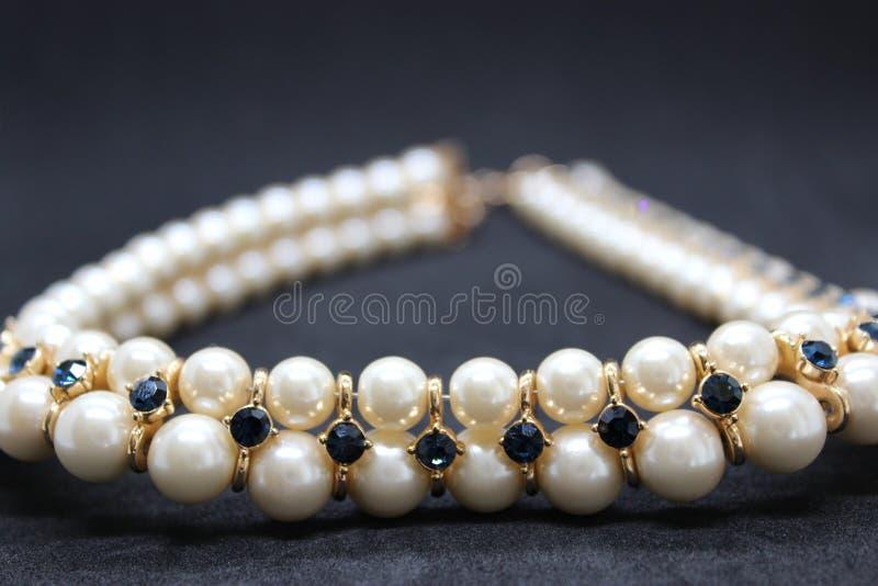 Guld- diamanthalsband med pärlan arkivfoton
