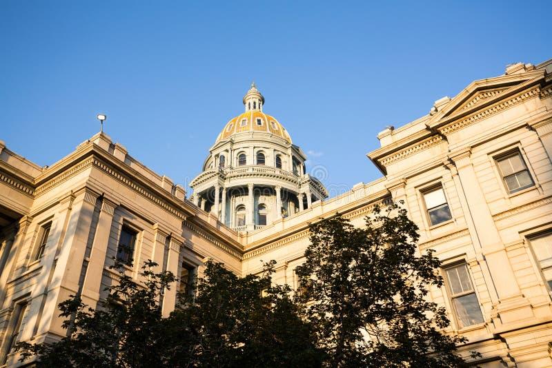 Guld- dold kupol av den statliga Kapitolium Denver fotografering för bildbyråer