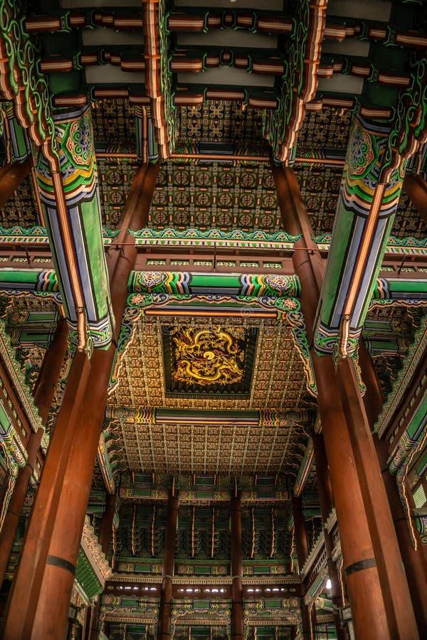Guld- Dragon Ceiling royaltyfri fotografi