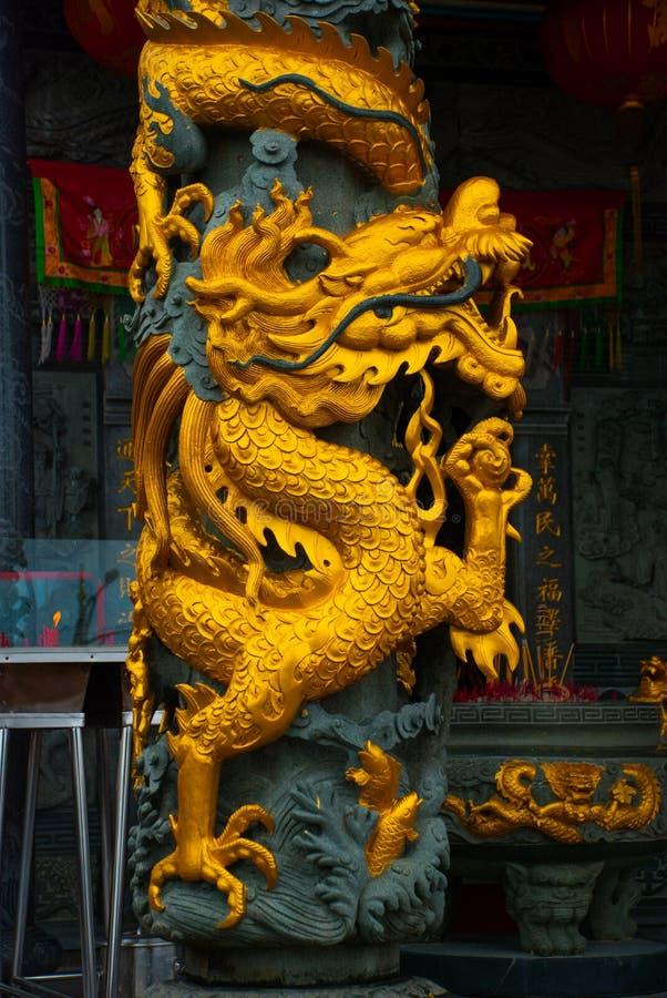 Guld- drake på polen Tua Pek Kong Chinese Temple Bintulu stad, Borneo, Sarawak, Malaysia royaltyfria foton