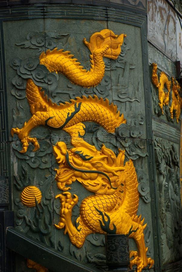 Guld- drakefris Tua Pek Kong Chinese Temple Bintulu stad, Borneo, Sarawak, Malaysia royaltyfri bild