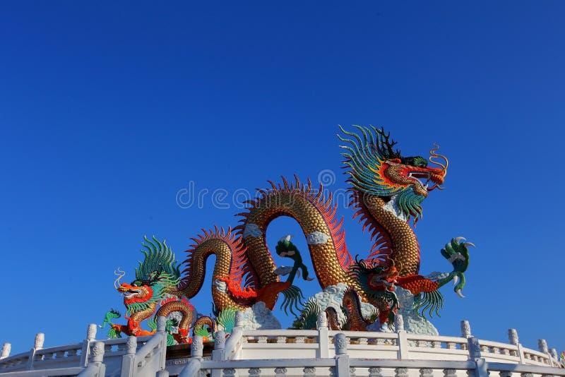 Guld- drakestaty för kinesisk stil royaltyfria bilder