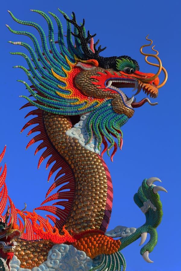 Guld- drakestaty för kinesisk stil royaltyfri foto