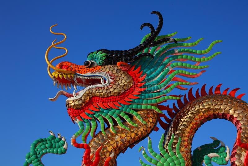 Guld- drakestaty för kinesisk stil royaltyfri fotografi