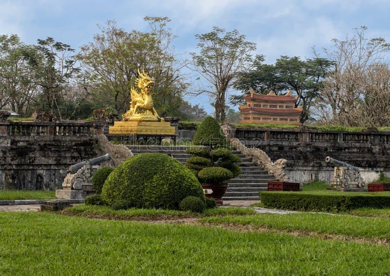 Guld- drakestaty på terrassen av trädgården av Forbiddenet City, imperialistisk stad inom citadellen, ton, Vietnam royaltyfri bild