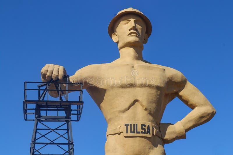 Guld- Driller 75 ft mest högväxt staty av en olje- arbetare i Tulsa Oklahoma USA - 5th största staty i USA 3-8-2018 arkivfoton