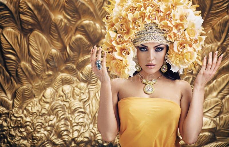 Guld- drottning över den guld- bakgrunden arkivbild