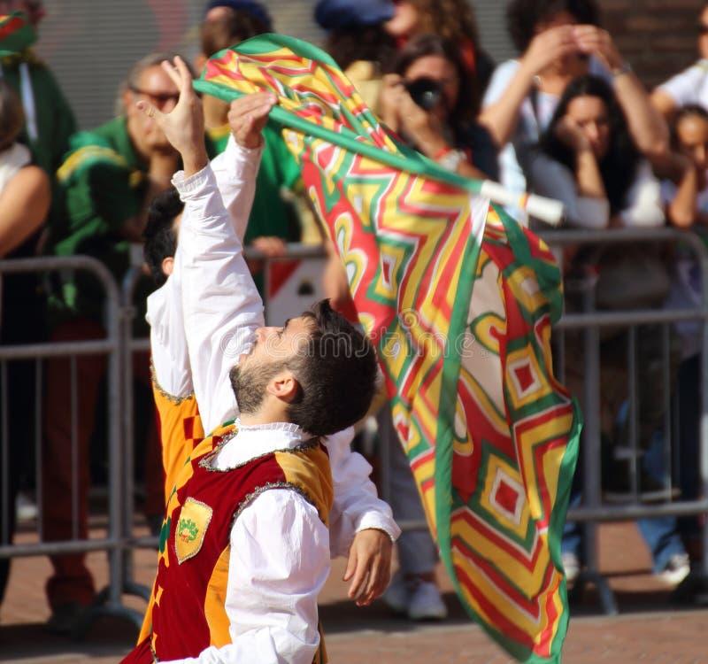 Guld- duell Konkurrens mellan flaggan fladdrar royaltyfria foton