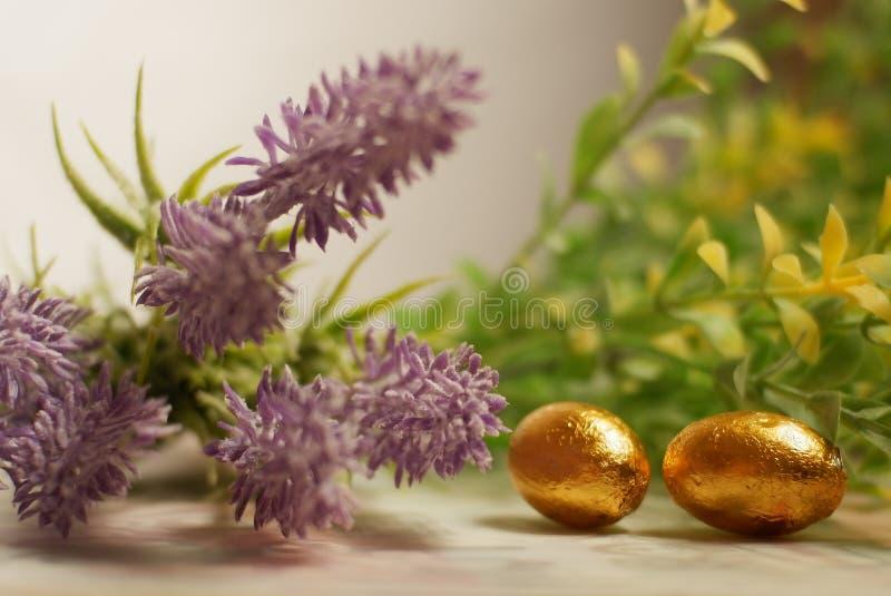 Guld- easter ägg som slås in med guld- folie royaltyfri fotografi