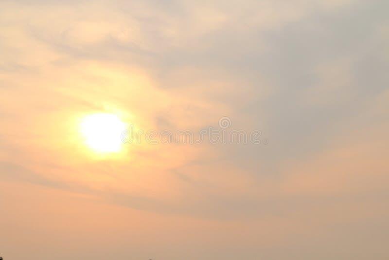 Guld för pastellfärgad färg för himmelsolnedgång gul, solljusskyscape, solsken på bakgrund för apelsin för himmelguldguling royaltyfria foton