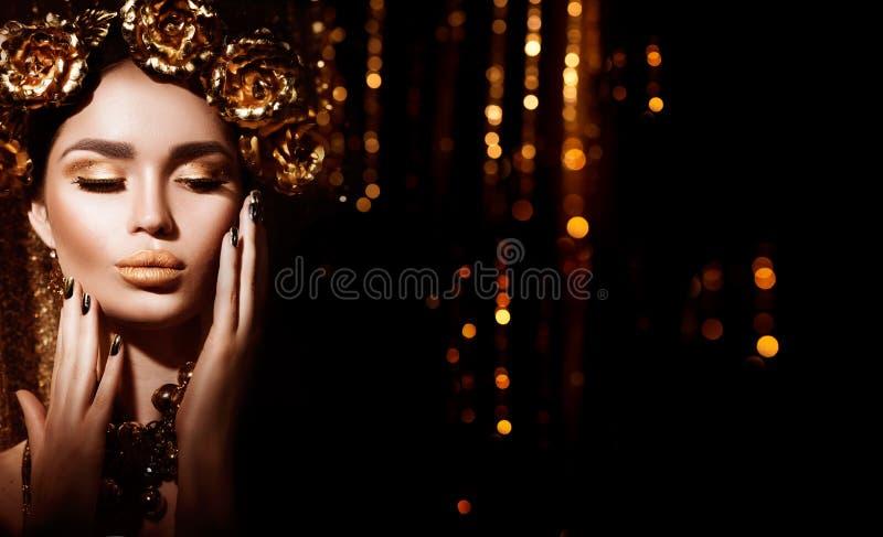 Guld- feriefrisyr, manikyr och makeup Guld- krans och halsband royaltyfri foto