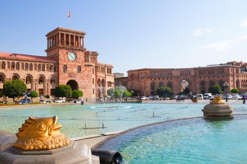 Guld- fiskstatyspringbrunn i den huvudsakliga fyrkanten Hraparak armenia yerevan 17 Augusti 2016 royaltyfria bilder