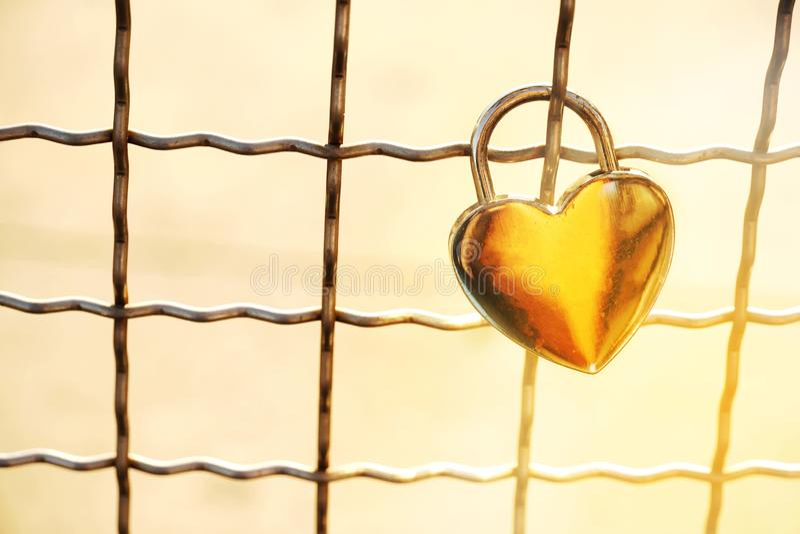 Guld- form för hjärta för förälskelse för metalltangentlåset med metall förtjänar för romant royaltyfri fotografi