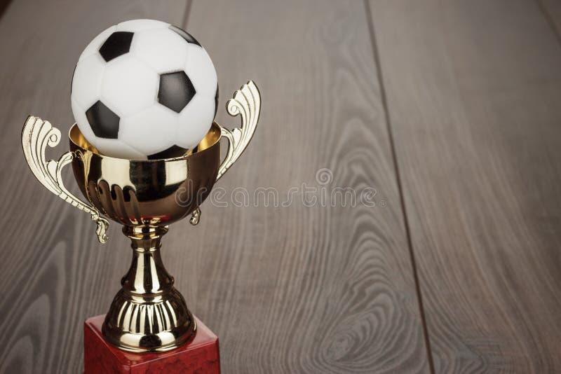 Guld- fotbolltrofékopp arkivbilder
