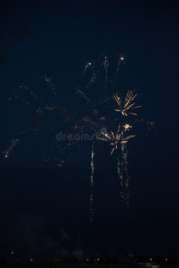 Guld- fyrverkerier i himlen arkivfoto