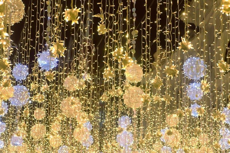 Guld- garneringar för glimt för julljus härliga av gatan arkivbild