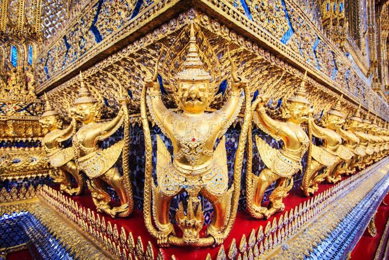 Guld- garudastatyer på Wat Phra Kaew i den storslagna slotten, Bangkok royaltyfria foton