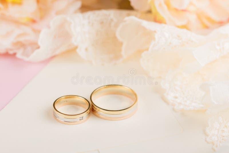 guld- gifta sig för cirklar arkivbild