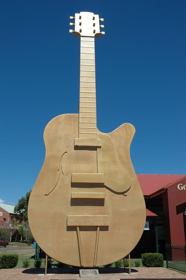 Guld- gitarr. arkivfoton
