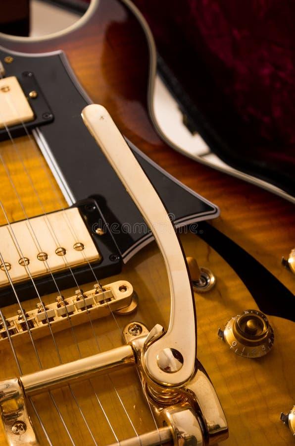 Guld- gitarr arkivbilder