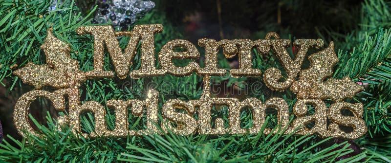 Guld- glad jul skriver, julprydnadträdet, detaljen, slut upp arkivfoton